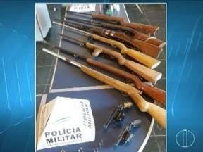 Dois homens são presos com nove armas de fogo em comunidade rural de Montes Claros - Eles são suspeitos de cometerem furtos de gado na região; entre as armas apreendidas estão espingardas e revólveres.