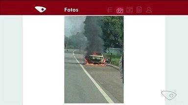 VC no ESTV: Carro pega fogo em Colatina, ES - Imagem foi registrada por motorista que passava pelo local.