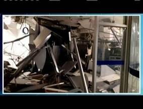 Criminosos armados explodem caixas de banco em Capelinha - Ação foi na madrugada desta quarta-feira (2) e os bandidos fugiram em dois carros; ainda não há informações se alguma quantia em dinheiro foi levada.
