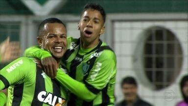 Com dois gols de Bill, América-MG vence o Londrina e se isola na liderança da Série B - América-MG vence o Londrina por 3 a 1, com dois gols de Bill e um de Luan