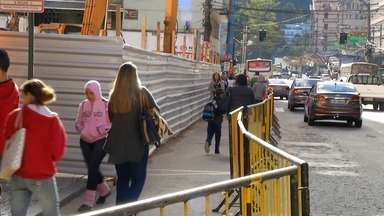 Rotina no Centro Histórico, em Petrópolis, RJ, continua alterada após incêncio em mercado - Supermercado foi totalmente destruído por incêndio há 13 dias.