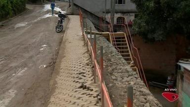 Calendário do ESTV: prefeitura constrói muro de arrimo em Nova Rosa da Penha, em Cariacica - Promessa começou em abril de 2014.