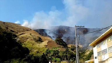 Incêndio atinge 'Morro da Querosene' em distrito de Petrópolis, no RJ - Fogo começou na noite desta quarta-feira (2) e ainda não foi controlado nesta quinta (3). Seis militares atuam no local.