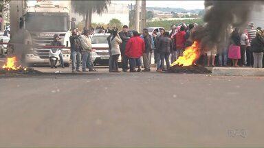 Manifestantes bloqueiam fronteira com o Paraguai - Ao tentar liberar o local, a Polícia foi recebida a pedradas.