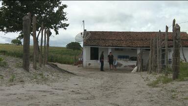 Em Montadas faltam abrigos nos pontos de ônibus - Moradores precisam ficar no sol e na chuva, em ponto de ônibus no meio do mato.