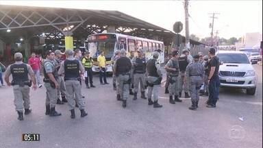 Bandidos queimam ônibus e atacam prédios públicos no AC - A polícia acredita que os atos de vandalismo foram uma reação dos bandidos ao sistema de bloqueadores de celulares instalado nas penitenciárias do estado.