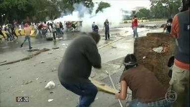 Duas pessoas morrem em novo dia de protestos na Venezuela - Manifestantes e policiais entraram em confronto na cidade de Valência, perto de um quartel militar onde, segundo o governo, houve uma rebelião.
