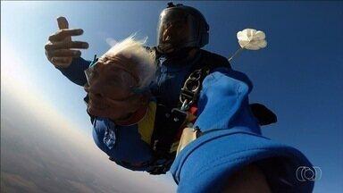 Idosa de 83 anos realiza sonho de saltar de paraquedas, em Goiás; veja vídeo - Com direito a beijinho, aposentada curtiu queda de 3 mil metros de altura, em Luziânia. Após aterrissagem perfeita, ela comemorou: 'Foi muito legal, se precisar eu vou outra vez'.
