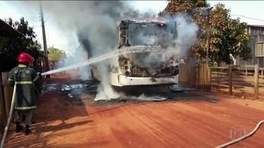 Onda de violência no Acre tem ônibus incendiados - A Secretaria de Segurança Pública diz que os ataques são uma retaliação às medidas de combate ao crime organizado, como a instalação de bloqueadores de celular no maior presídio do estado. Pelo menos 26 pessoas foram presas.