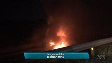 Caminhão pega fogo após acidente na BR-277, em Curitiba - O caminhão pegou fogo após se envolver em um acidente com um carro e uma moto.