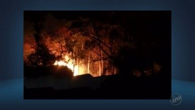 Incêndio no bairro São Cristóvão se alastra por fábrica de pedras em Baependi (MG) - Incêndio no bairro São Cristóvão se alastra por fábrica de pedras em Baependi (MG)