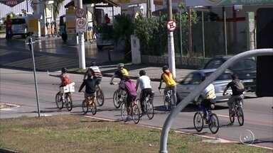 Ciclistas de Jundiaí fazem protesto pedindo mais segurança no trânsito - Ciclistas de Jundiaí (SP) se reuniram pra pedir mais segurança no trânsito. Eles percorreram ruas e avenidas e colocaram uma bicicleta branca em um poste na Estrada Municipal do Varjão, onde um adolescente morreu no dia 26 de julho.