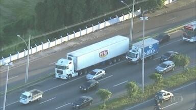 Bandido que rendeu caminhoneiro, na Avenida Brasil, não tinha passagem pela polícia - Delegada disse que 4 criminosos fugiram.