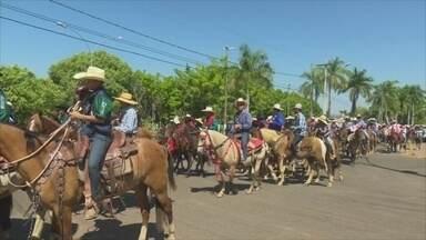 Foi dada a largada para a exposição agropecuária de Cacoal com a tradicional cavalgada - Cavalgada foi realizada no último sábado. A 19a edição do evento começa na quarta-feira, 9, com rodeio e um show de música sertaneja.