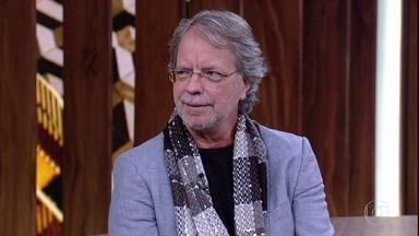 Mia Couto fala sobre a relação com o Brasil e como as novelas influenciam os Moçambicanos - Ele afirma que tem uma grande dívida com Manuel Bandeira e Guimarães Rosa pela escolha de sua carreira
