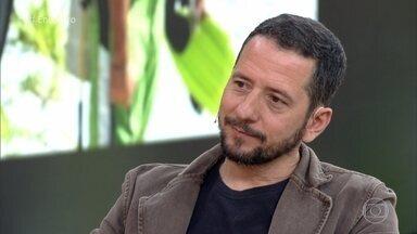 Ex-BBB Emilio Zagaia comenta sua reabilitação após um AVC - Emílio sofreu um AVC aos 42 anos e ficou seis meses sem conseguir andar nem falar. Ele conta quais são as maiores dificuldades que enfrenta na recuperação