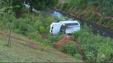 Carro cai em ribanceira na Avenida Luís Eduardo, em Salvador - O acidente foi por volta das 5h; confira nas imagens.