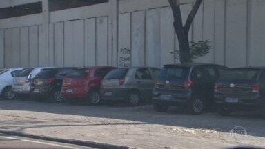 RJTV flagra estacionamentos irregulares perto de estações da linha 2 do Metrô - Os carros estacionam nas calçadas, perto das estações do metrô de Inhaúma e Del Castilho. Onde é proibido estacionar. Tem placa com preços e os guardadores garantem que o estacionamento é seguro.