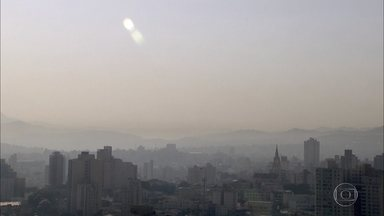 Baixa umidade do ar provoca névoa seca em Belo Horizonte - Neste período do ano, é comum o fenômeno da inversão térmica. O ar frio fica preso mais próximo à superfície, dificultando a dispersão dos poluentes.