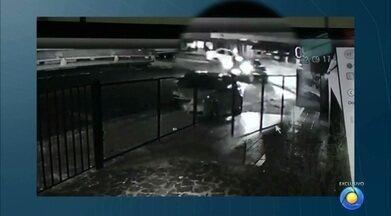 Dois carros capotam num acidente em João Pessoa - Os carros bateram num cruzamento no bairro Expedicionários.
