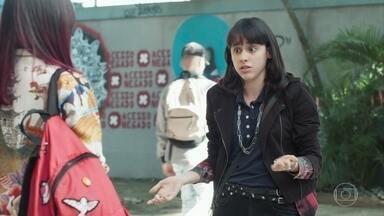 Tina pensa em fazer um protesto contra as catracas - Lica apoia a amiga. Felipe sente ciúmes ao ver a namorada saindo para conversar com MB