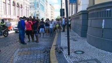 Captura de jacarés surpreende moradores da Mangueira e turistas do Marco Zero - Animais foram encontrados nos dois locais nesta quinta-feira (10).
