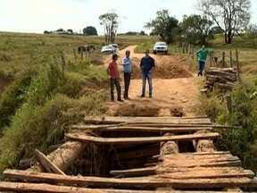 Ponte quebrada dificulta rotina de moradores da zona rural de Presidente Bernardes - Problema é antigo e tem causado prejuízos.