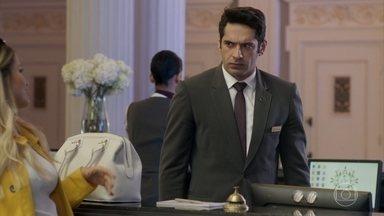 Agnaldo se incomoda ao saber que Sandra Helena vai morar no hotel - A ex-camareira decide se hospedar na suíte onde viveu Dona Marieta
