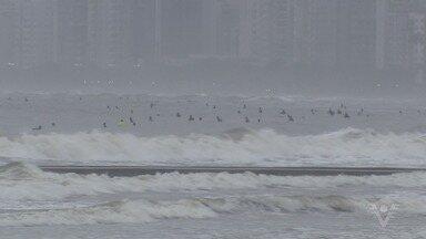 Ressaca atinge praias da Baixada Santista - Tempo mudou com a chegada de uma frente fria à região.