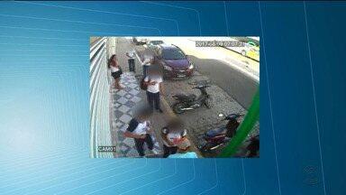 Imagens de circuito de segurança mostram assalto no centro de Patos - O assaltante atacou um grupo de estudantes.