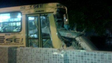 Ônibus bate em casa durante assalto em Itamaracá - Muro de casa de veraneio ficou destruído.
