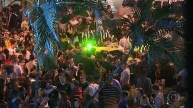 """Madrugada no Baixo Gávea tem até """"boate"""" a céu aberto com bebida e música alta - Os moradores se queixam que sempre às quintas feiras a Praça Santos Dumont, no Baixo Gávea, rola uma festa com som muito alto."""