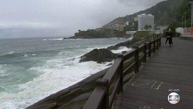Com previsão de ressaca, orla do RJ pode ter ondas de até 4m - A ressaca deve durar até a segunda-feira (14).
