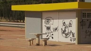 Sem utilização, quiosques do Paranoá Parque são alvos de vândalos - O governo fez vários quiosques no Paranoá Parque, mas não entregou aos comerciantes. Com o tempo, as construções se deterioram e viraram alvos de vândalos.