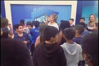 Tv Integração de Uberlândia comemora o Dia do Estudante e o Dia da Televisão - Nesta feira-feira (11), alunos de diversas escolas visitaram a televisão para saber como é feito o jornal.