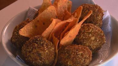 Jilozito é aperitivo preparado com jiló e tem recheio de muçarela (Bloco 03) - Na Hora do Rancho, um bolinho de jiló fácil de preparar e empanado com nachos.