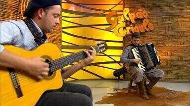 Vinícius Bianchini e Carlos Ariel se apresentam no quadro 'Na Janela do Galpão' - Assista ao vídeo.