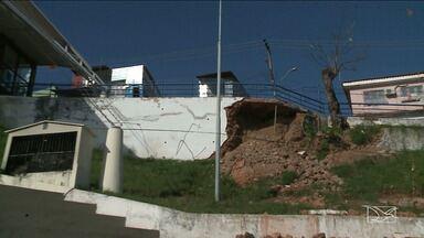Estrutura do Largo de São Pedro continua a espera de reforma - Estrutura cedeu na madrugada do último dia 23. Corpo de Bombeiros interditou parte do local que foi atingido, que fica perto da capela.