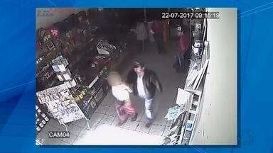 Comerciante responderá inquérito por enrolar jovem que furtaria loja em fita adesiva em MS - Além disso, câmeras de segurança flaragram que o adolescente estava com um placa pedurada no pescoço indicando que era ladrão.