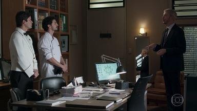 Douglas avisa a Elias e a Xavier que eles terão que depor novamente - O gerente avisa que Domênico quer ter uma conversa informal com eles