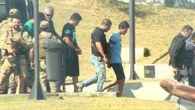 Seis homens presos no Paraguai foram entregues a Polícia Federal de Foz - A suspeita é de que eles tenham participado do assalto milionário do Paraguai.