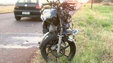 Motociclista fica ferido em grave acidente em Foz - Batida envolvendo um carro foi perto da Unioeste.