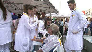 Trabalho de prevenção movimenta praça de Dois Vizinhos - Alerta é contra o câncer de próstata.