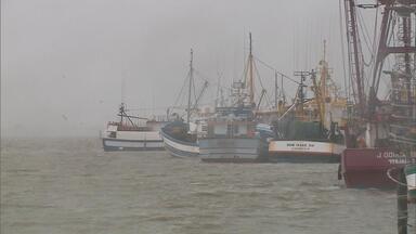 Marinha recebe aviso de embarcação desaparecida em Rio Grande e faz buscas - Barco pesqueiro teria sete tripulantes. Um navio, um helicóptero e uma aeronave da Força Aérea Brasileira (FAB) são usados nas buscas.