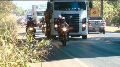 Motoristas desrespeitam leis de trânsito e trafegam pelo acostamento em Teresina - Motoristas desrespeitam leis de trânsito e trafegam pelo acostamento em Teresina