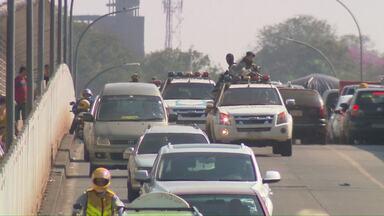 Paraguai expulsa brasileiros suspeitos de participar de mega-assalto - Ponte da Amizade precisou ser fechada para que a polícia paraguaia entregasse seis presos a Polícia Federal brasileira.