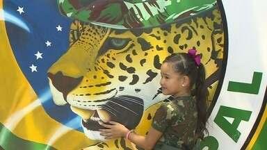 Exército faz cerimônia para apresentar pintura da 'onça' da instituição a criança - Reforma cobriu pintura na entrada do quartel. Menina de 7 anos pediu retorno da ilustração e ficou emocionada.