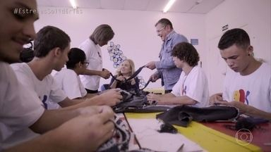 Angélica participa de uma oficina de artesanato - A loira recebe orientação do designer Fernando Campana