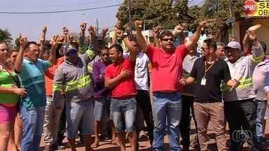 Trabalhadores da obra do BRT protestam para cobrar pagamento de salários atrasados - Eles falam em dois meses de atraso.