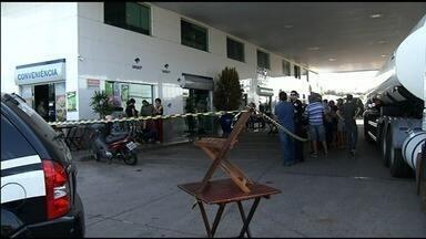 Segurança é morto a tiros em posto de combustíveis de Anápolis; vídeo - Imagens mostram o desespero de clientes ao ouvirem disparos. Dois jovens foram presos suspeitos do crime.